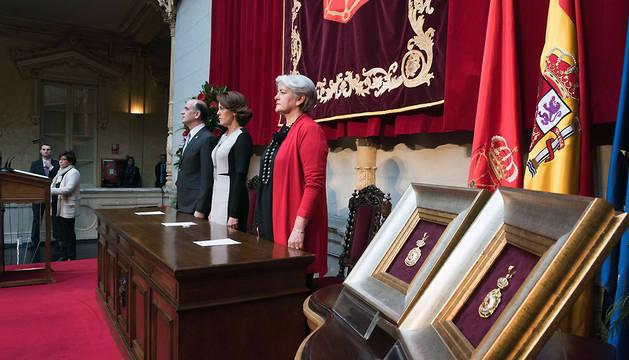 Barcina, entre Alberto Catalán y Lourdes Goicoechea, durante la ceremonia
