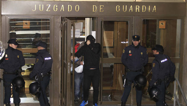 Salida de los juzgados de algunos de los 21 detenidos