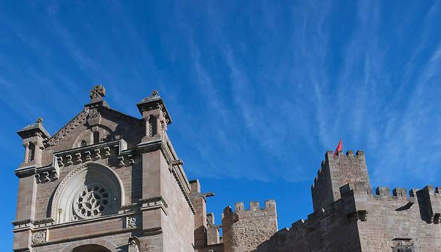 Miembros del Gobierno de Navarra, precedido por los maceros, abandona la basílica del Castillo de Javier