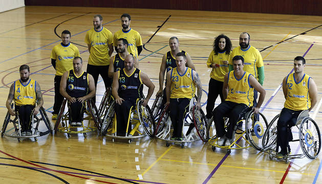 Pedro Sánchez (2d), participó este miércoles en un partido de baloncesto con el equipo del Comité Español de Representantes de Personas con Discapacidad