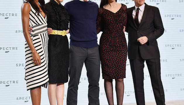 Los actores Naomi Harris, Lea Seydoux, Daniel Craig, Monica Bellucci y Christoph Waltz posan durante la presentación de la película