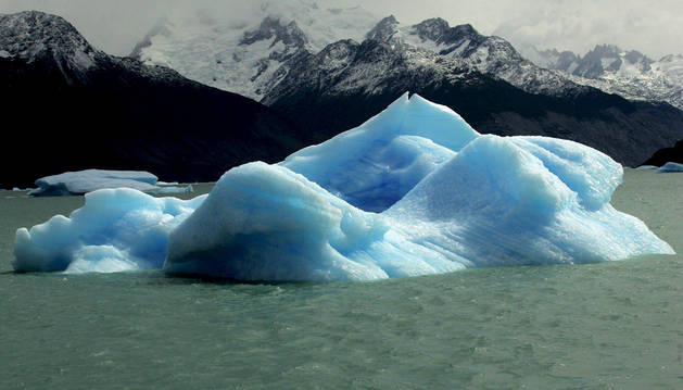 Un bloque de hielo desprendido de un glaciar