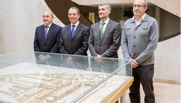 Ignacio Matías, el Rector, Julio Lafuente, el Vicerrector de Investigación, Alfonso Carlosena, y José Ignacio Pérez de Landazábal