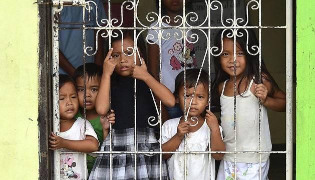 Decenas de miles de personas han sido evacuadas de varias localidades costeras de Filipinas ante la llegada del tifón 'Hagupit' al país