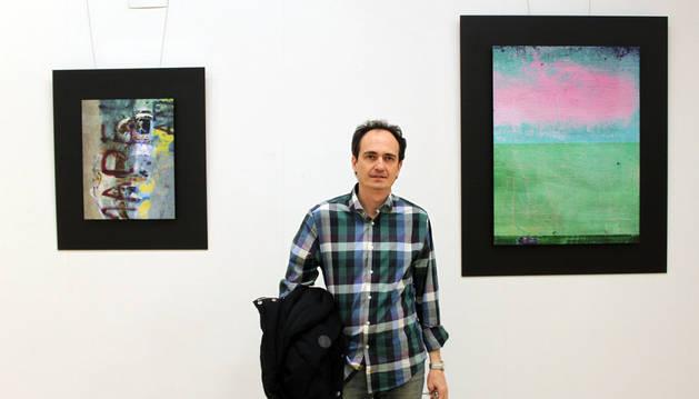 Fernando Martínez Villanueva, ante alguna de sus obras
