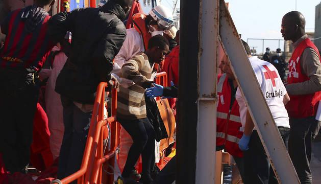 Varios de los inmigrantes rescatados de la patera llegan a puerto.