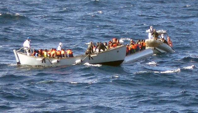 Momento en el el que la Guardia Costera italiana auxilia a los inmigrantes que viajaban en la lancha neumática