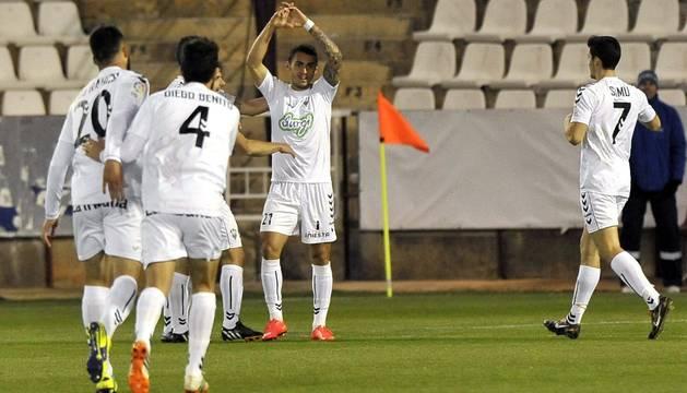 Los jugadores del Albacete celebran el primer gol del partido