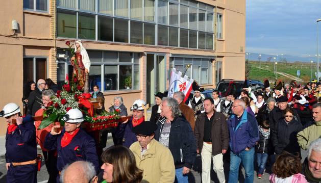 Una imagen de la procesión, con los mineros llevando la imagen de Santa Bárbara