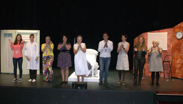 Los actores de As de T aplauden al público que asistió al estreno