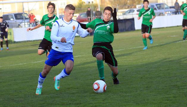 Un jugador del combinado ribero presiona a un rival del Zaragoza.