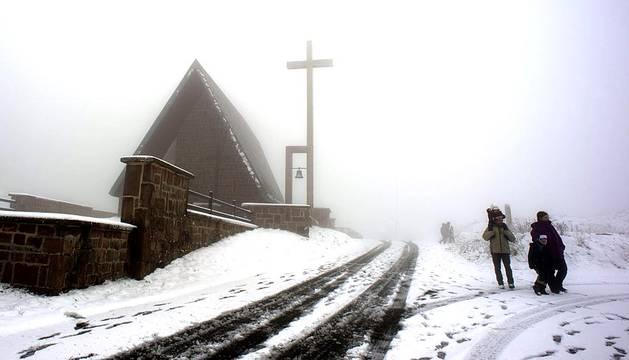 La nieve ha cubierto parte de la zona norte de Navarra este sábado.