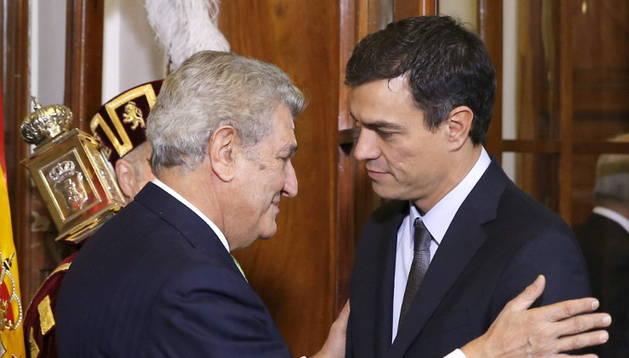 Jesús Posada saluda a Pedro Sánchez