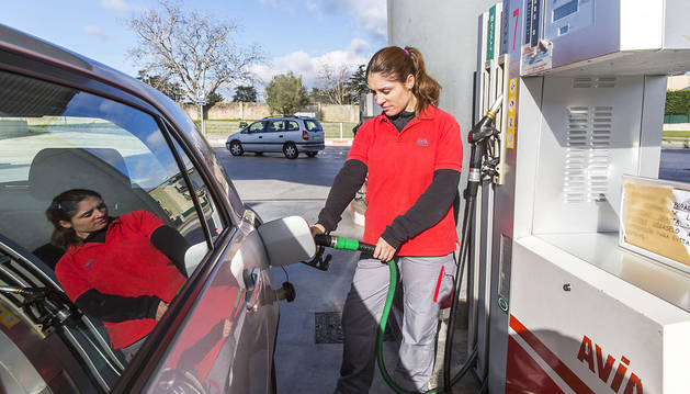 Llenar el tanque de gasolina es 8 euros más barato que a comienzos del verano