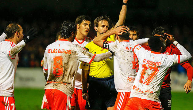 Los jugadores de Osasuna protestan al árbitro Pizarro Gómez