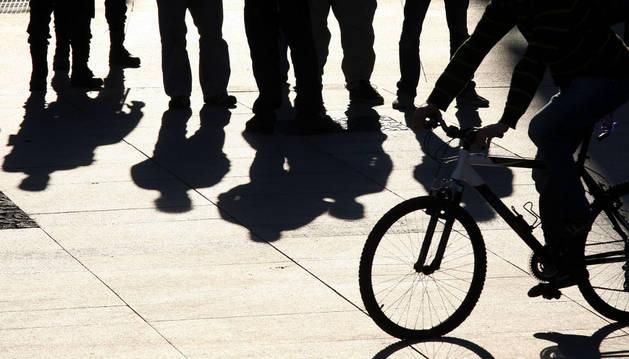 Un ciclista circula con su bicicleta por la plaza del Castillo