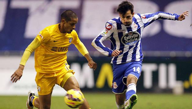 Cuenca golpea el balón ante Rosales