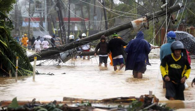 Ciudadanos filipinos en una zona inundada