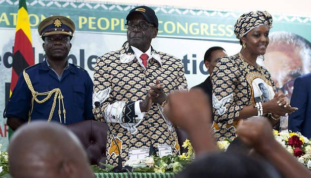 Robert Mugabe y su mujer, Grace, en el congreso del ZANU-PF