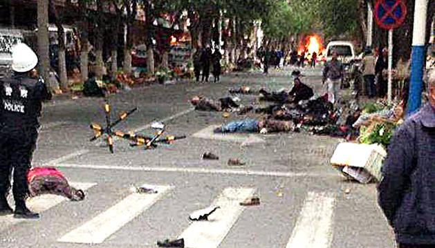 Víctimas tras el atentado de mayo en Urumqi, en la región de Xinjiang