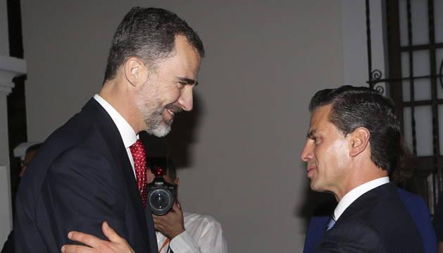 Felipe VI saluda al presidente de México, Enrique Peña Nieto