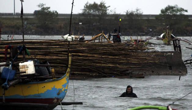 Un pescador se dirige al centro de evacuación en el puerto pesquero de Cavite