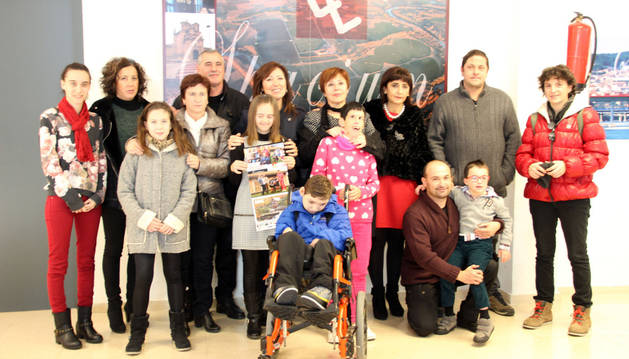 Cuatro de los cinco niños que salen en el calendario (faltó Elena Noble) posaron junto a familiares, la alcaldesa y Encarna Sánchez, de Anfas Tudela.