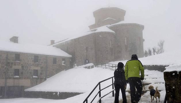 Imagen de nieve en el Santuario de San Miguel de Aralar, esta semana.