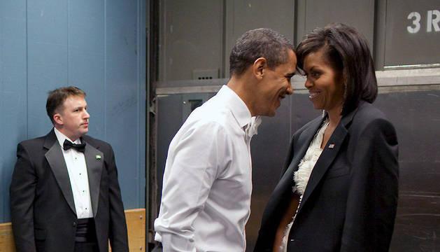 Imagen cedida por la Casa Blanca el 24 de enero de 2009 de Barack Obama y su esposa, Michelle, antes de la ceremonia de toma de posesión en Washington