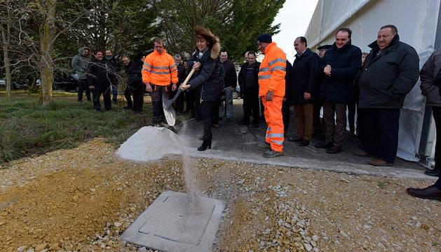Imagen del momento de colocación de la primera piedra