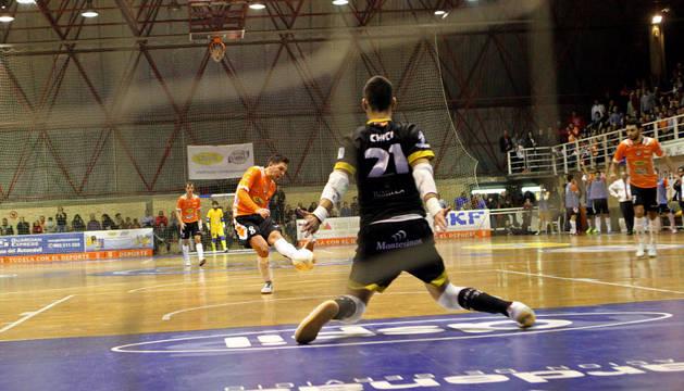 Andresito lanza uno de los dos dobles penaltis que marcó ante el Jumilla.