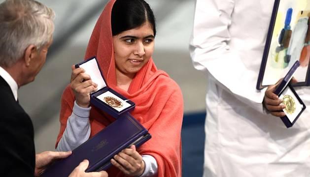 La adolescente paquistaní Malala Yousafzai y el presidente de la Marcha Global contra el Trabajo Infantil, el indio Kailash Satyarthi, reciben el Nobel de la Paz en Oslo