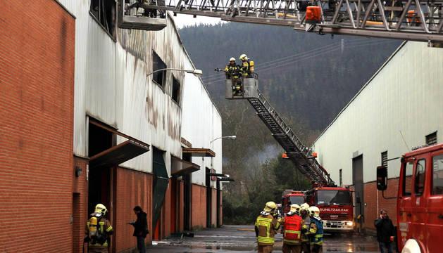 Bomberos apagan el fuego ocasionado en una carpintría de aluminio de la localidad vizcaína Atxondo