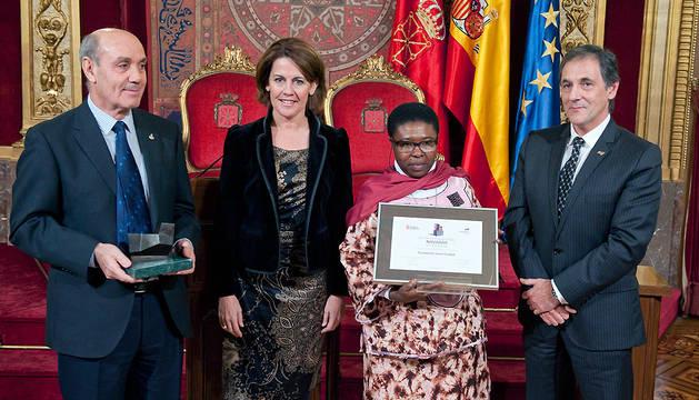 Los hermanos Sánchez y Melgar reciben el premio de manos de la presidenta Barcina y Txomin García