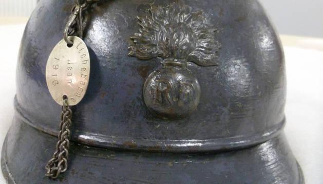 El casco de Jean Etchebarne, que lleva soldada su placa de identificación, una pieza que los reclutas llevaban colgada al cuello.