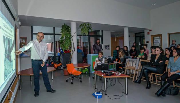 El pediatra Gabriel Durán Urdániz durante la charla que impartió en la escuela infantil Arieta.