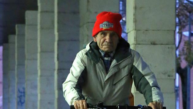 Felipe Martínez Salguero con su bicicleta paseando por Barañáin.