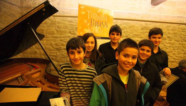 En primer plano, Íñigo Rípodas; detrás, Xabier Gabiola Leniz, Katia Molina y Beñat Sanz. Al fondo, Javier Navarro y Aitor Arizala.