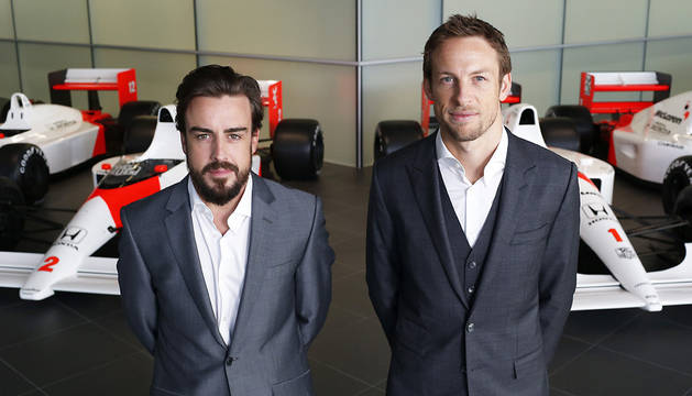 Alonso y Button, con el McLaren detrás.