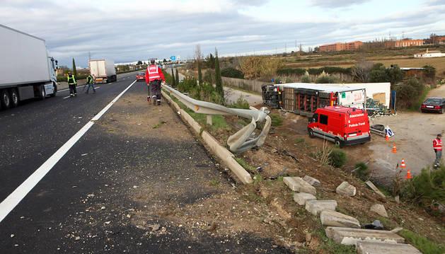 Susto en Tudela al caer un camión desde 6 metros a una zona de paseo