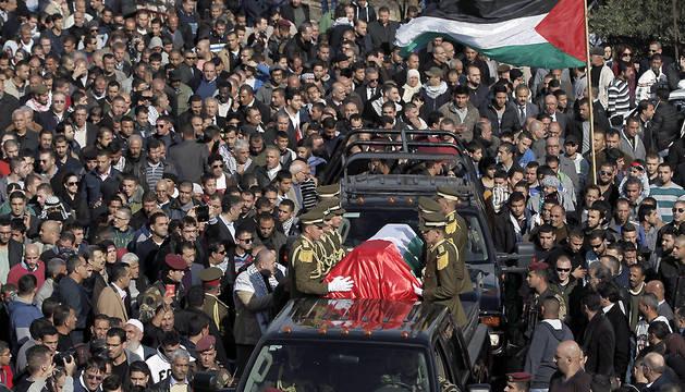 Familiares, amigos y seguidores del ministro palestino Ziad Abu Ein lloran su muerte durante su entierro en la ciudad cisjordana de Ramala