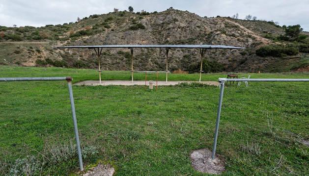 Vista del actual campo de tiro al plato de Ayegui, donde se aprecia el talud hacia donde se dispara.
