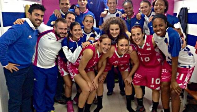 María Asurmendi, con el dorsal 10, junto a sus compañeras