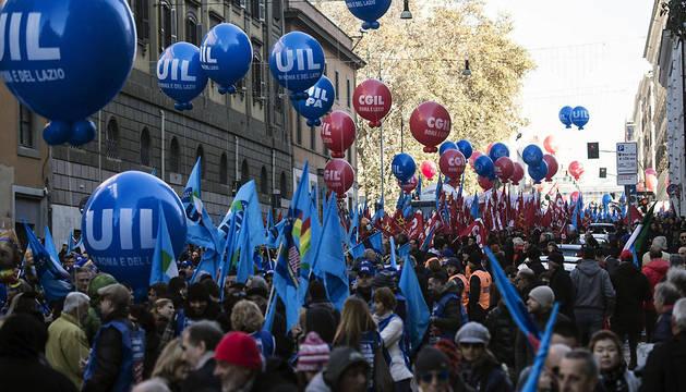 Manifestantes se reúnen para participar en la marcha convocada por los sindicatos con motivo de la huelga general en Roma (Italia)
