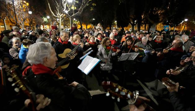 Los Auroros de Tudela pusieron la nota musical a la inauguración de la iluminación.