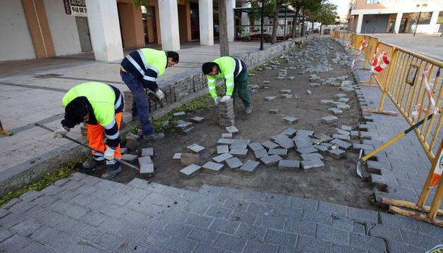 Tres empleados cambian pavimento de la plaza Alfonso el Batallador.