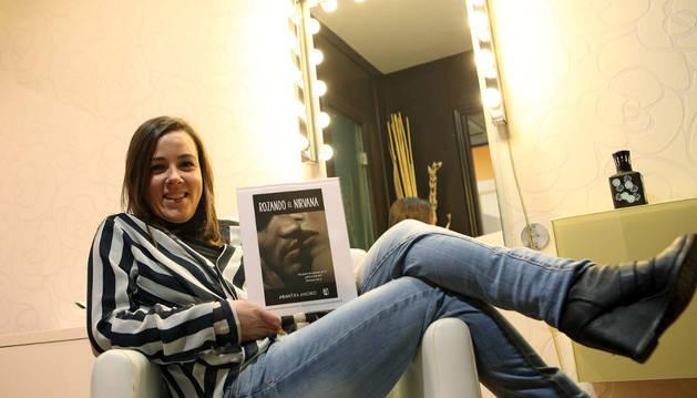 La tudelana Arantxa Anoro Gil posa con la portada de su primera novela 'Rozando el Nirvana'.
