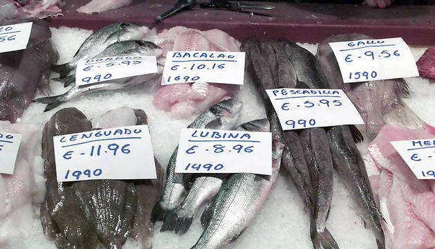 Mostrador de una pescadería del mercado del Ensanche
