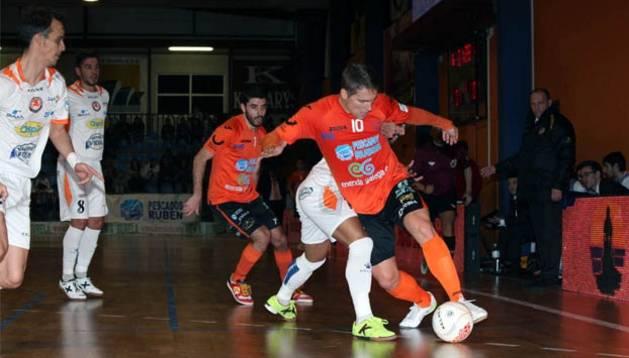 Matamoros defiende el balón ante la presión de Ribera Navarra