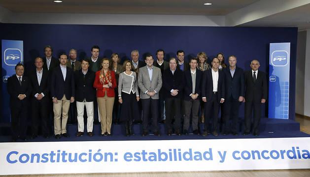 El presidente del Gobierno y del PP, Mariano Rajoy, ha posado en la foto de familia durante un acto celebrado en la localidad segoviana de La Granja de San Ildefonso